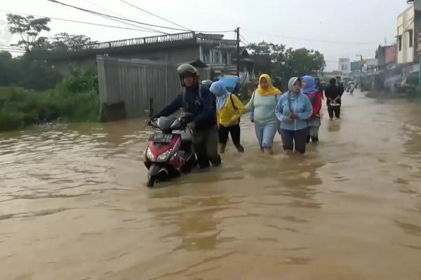 Banjir putus akses menuju Kota Bandung