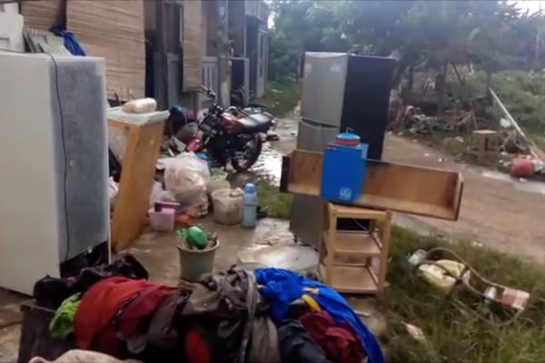 Banjir surut, warga Pesona Serpong bersihkan rumah