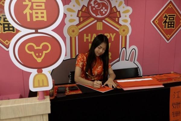 Melihat proses kaligrafi Mandarin pada perayaan Imlek
