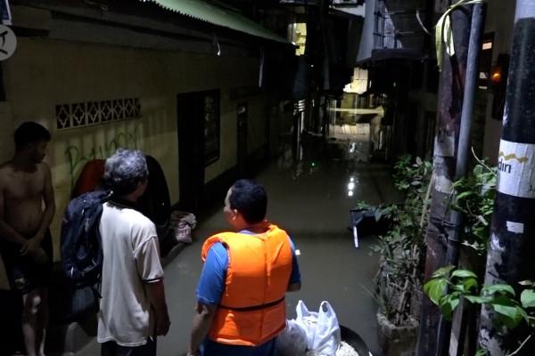 Banjir masih genangi Kebon Pala-Jatinegara hingga malam hari