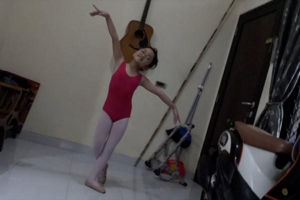 Isi waktu luang anak saat #dirumahaja dengan les balet daring