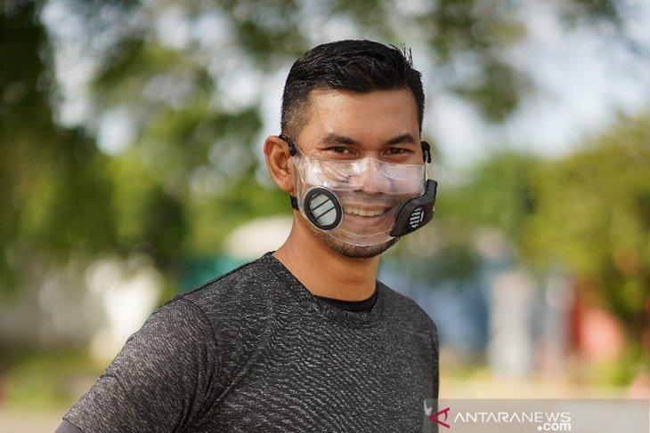 Masker transparan ini dilengkapi kipas mini dan baterai