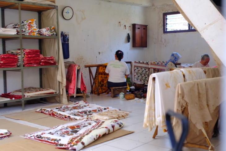 Mengantar karya pengrajin Garut & Pekalongan jadi busana batik modern