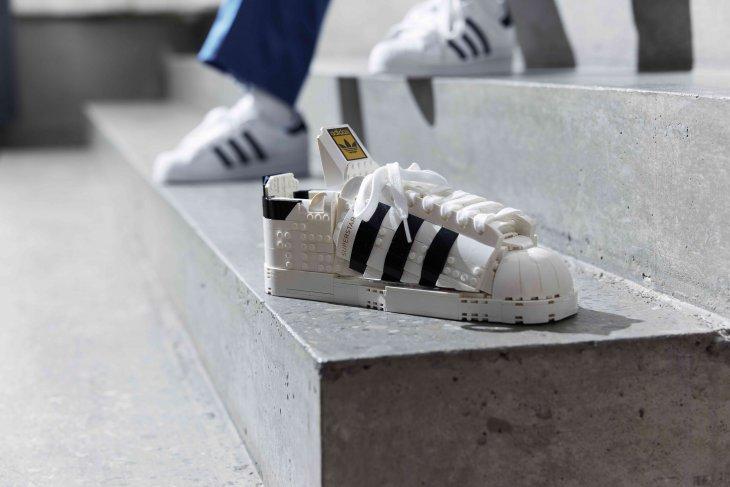 Kolaborasi adidas dan LEGO ciptakan Sneaker Superstar dan LEGO sepatu